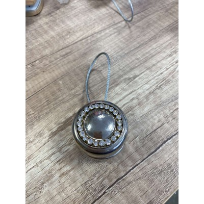 Round magnet with decoration