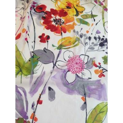 Полупрозрачен плат на цветя в оранжево, червено и лилаво на бяла основа