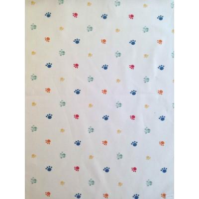 Плат за плътна детска завеса с цветни лапички на бял фон, подходящ и за чаршафи