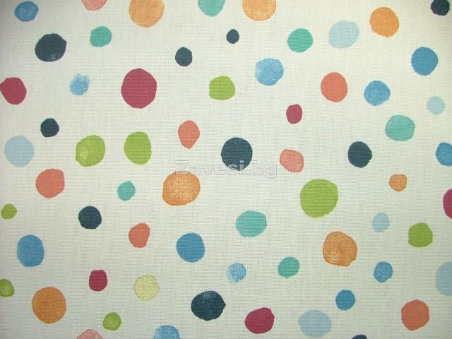 Плат за плътна завеса с шарени точки на бял фон