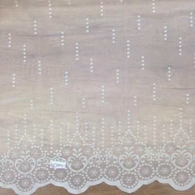 Дантела в бяло с фистон на точки