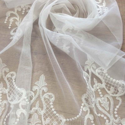 Curtain with embrodery in white