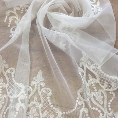 Плат за тънко перде с бродерия в бяло
