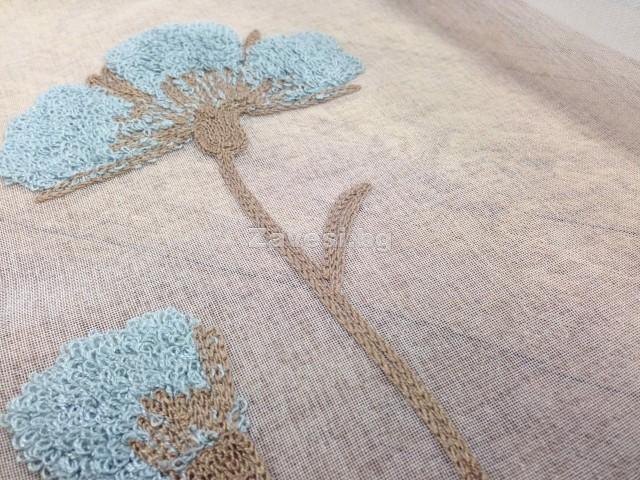 Плат за тънко перде с бродирани цветя в синьо