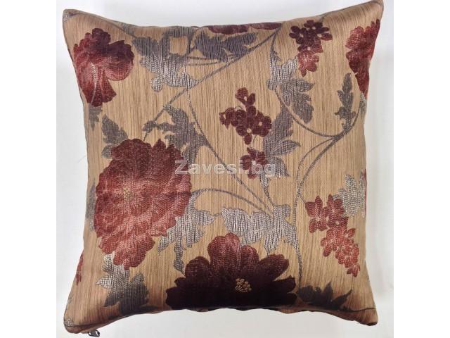 Декоративна калъфка с цветя в кафяво
