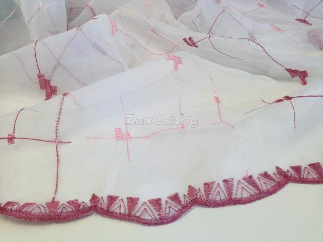 Плат за тънко перде тип бродерия в розово с бордюр