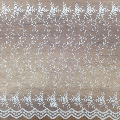 Curtain with embroidery in white with floral motifs