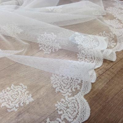 Дантела в бяло с орнаменти
