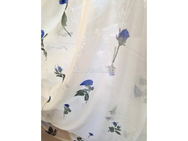 Плат за тънко перде с тъмно сини цветя