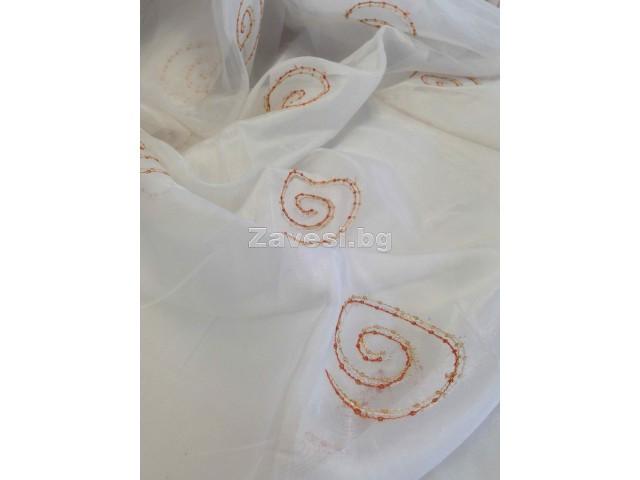 Плат за тънко перде тип воал в бяло с оранжеви елементи